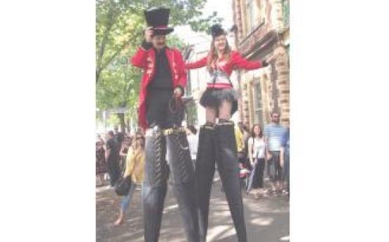 Ringleader on Stilts