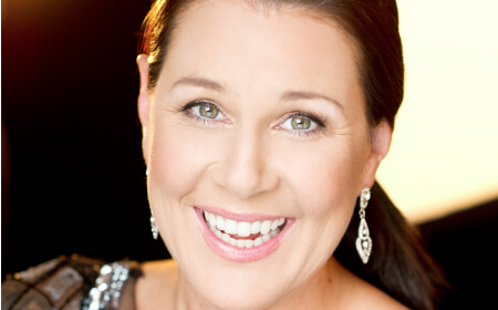 Julia-morris-450-51celebrity hosts
