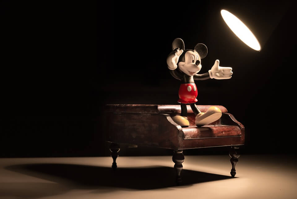 Mickey on a piano- show calling - conductor