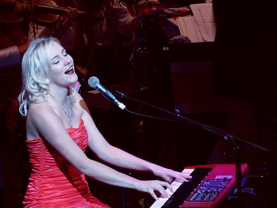Lisa J | Pianist Vocalist